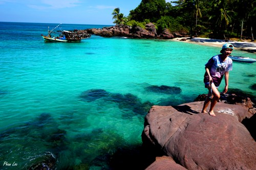 Not only sand and water, the island features even rock for your pictures' background.