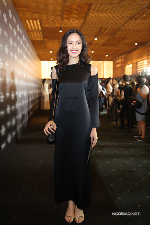 Different from Ho Ngoc Ha, young actress chose feminine silk gown by designer Dang Hai Yen, paired with thin strap sandals.