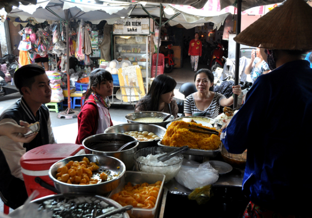 The stall is located in the Cambodian market in alley 374 on Le Hong Phong street in Ho Chi Minh City. It is open from 6am until sunset. The 46-year-old stall provides a wide range of sweet treats.