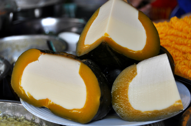 The pumpkin flan is the most popular dish at the stall. The filling is a mixture of flour and egg stuffed in a pumpkin and then steamed.