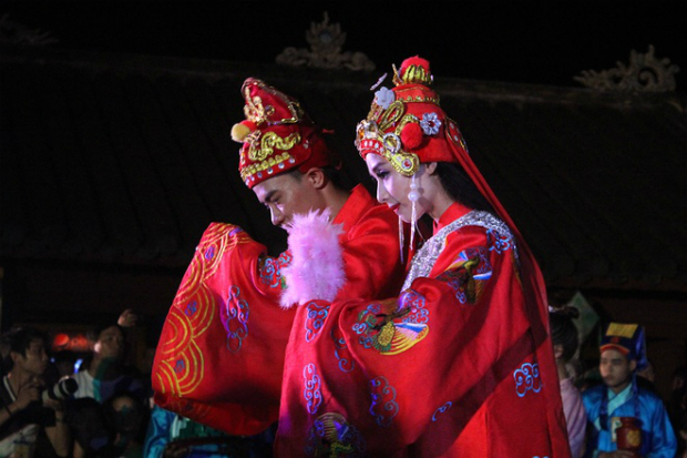 The princesss wedding consists of six parts, two of which conducted everyday. In the first day, the prince-to-bes family will bring the offerings into the royal court which are cattle, moonshine, silk, gold and silver. The second day happens with the same amount of offerings from the princes side. The third one is the most important day with the offerings being more spritual than material, which are a pair of swans held in two separated cages symbolizing faith, while one hundred coins and a five-color thread box symbolizing prosperity and fertility.