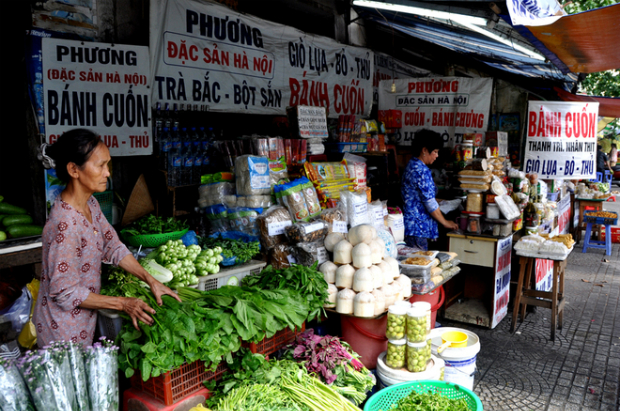 Having been in Saigon for more than 20 years, the kiosks at the end of Chu Manh Trinh (District 1), or on Tran Quoc Toan, Vo Thi Sau and Nguyen Thong Street (District 3) have almost every northern specialty in their arsenal.