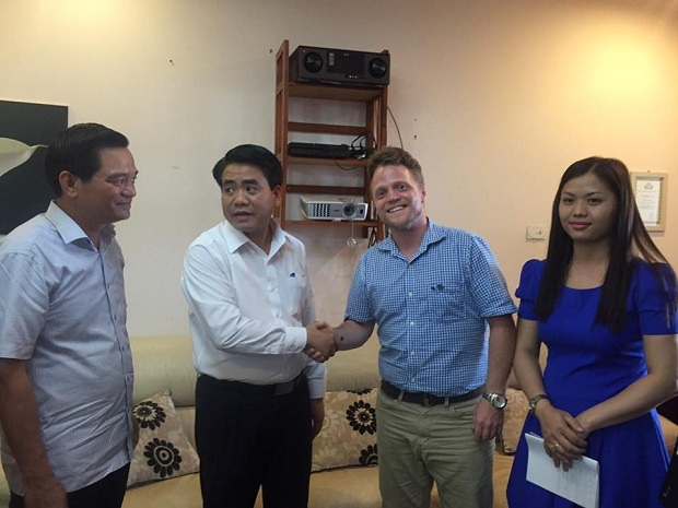 Chairman of Hanoi meets with authority-shunned foreign cleaning group