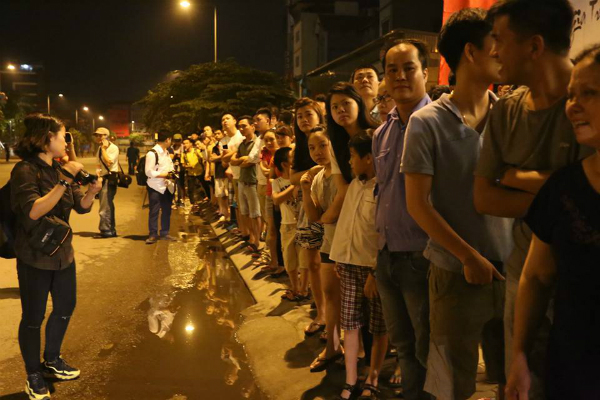 People come to see Obama in front of JW Marriott Hotel Hanoi.