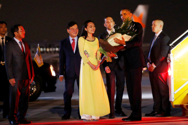 first-snapshots-of-obama-in-hanoi