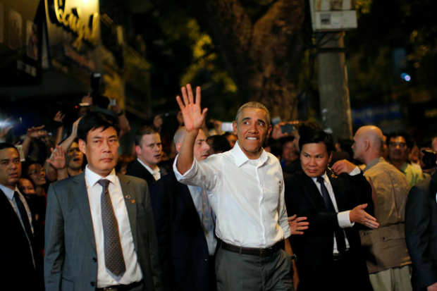 obama-has-dinner-at-street-food-place-shakes-hands-with-cheering-hanoians-11
