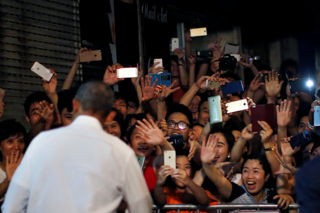 obama-has-dinner-at-street-food-place-shakes-hands-with-cheering-hanoians-3