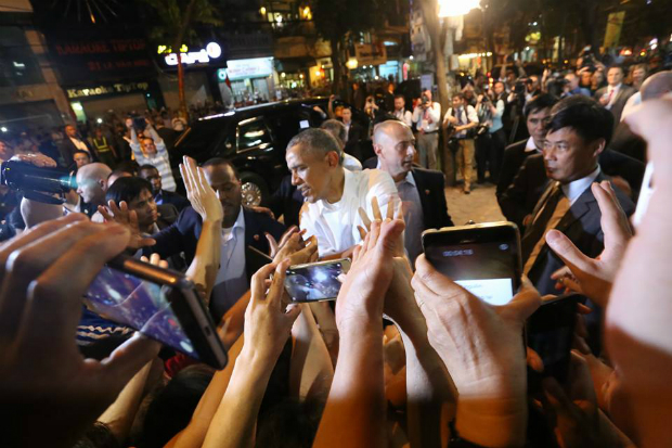 obama-has-dinner-at-street-food-place-shakes-hands-with-cheering-hanoians-2