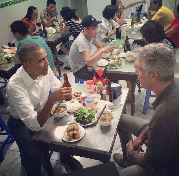 obama-has-dinner-at-street-food-place-shakes-hands-with-cheering-hanoians-5