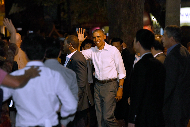 Obama has dinner at street food place, shakes hands with cheering Hanoians