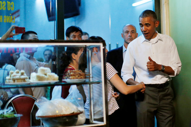 obama-has-dinner-at-street-food-place-shakes-hands-with-cheering-hanoians-4