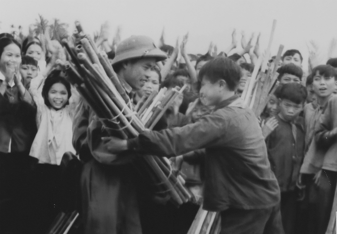 vietnamese-children-in-war-time-photos-5