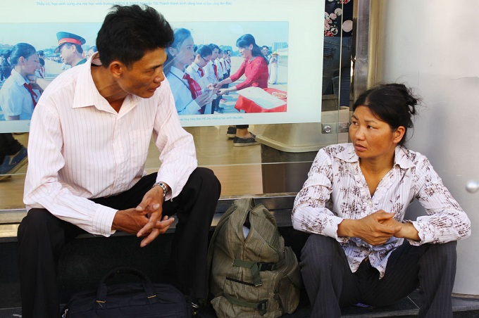 Having arrived in Hanoi a few days prior to the exam, a dad from another province shared that he would stay at school  that noon to save money. His family falls under the poverty category but still managed to take the daughter to the exam due to her good performance at school.