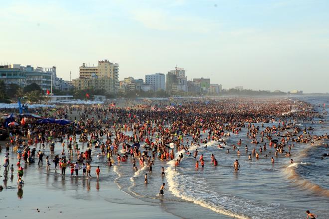 human-tsunami-touches-down-on-vietnam-beach-7