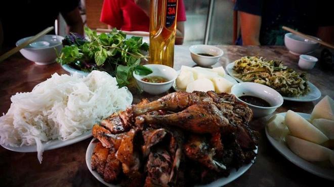Cô gái check in ẩm thực trên đường xuyên Việt