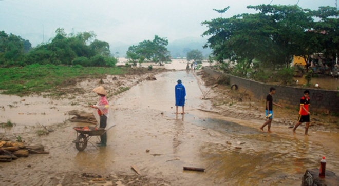 home-damaged-street-submerged-as-flash-floods-hit-mountainous-province-4