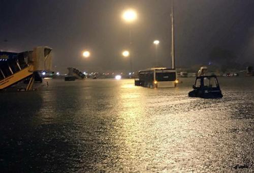 Heavy rains turn Saigon airport to seaport