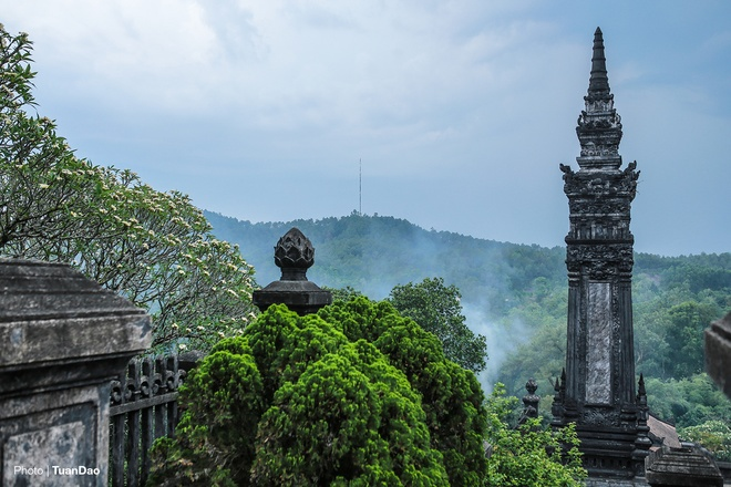 east-meets-west-at-vietnamese-emperors-tomb-4