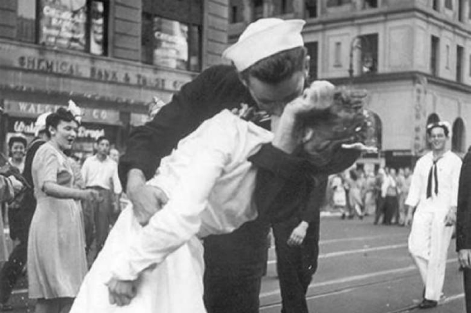 Woman in famous WWII kiss photo dies at 92