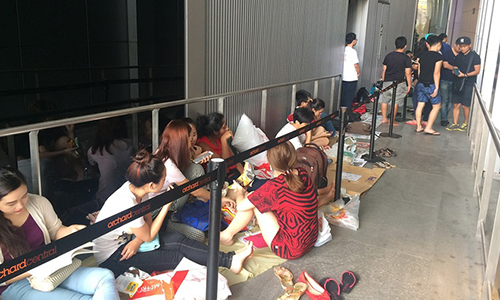 Vietnamese make camp outside Singapore shops in wait of iPhone 7
