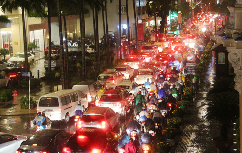 hcmc-streets-in-chaos-after-downpour