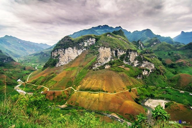 Du Gia and Mau Due are two communes of Yen Minh District, Ha Giang. The 73-kilometer part that goes through these communes is hence named after. From central Du Gia northward to Lung Ho Commune, travelers will meet Nam Lang Cliff, a sight that pulls many over for its splendor. The part from there to Mau Due has been since long notorious for its danger made up of a chain of slopes and for being the best vantage points to look for terrace fields below.