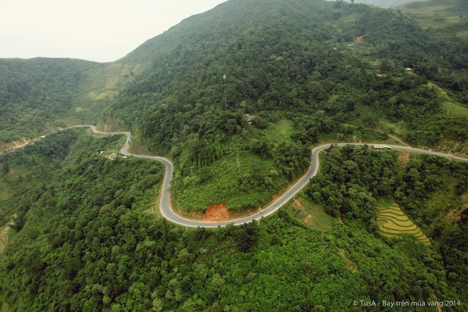 The longest pass that one will meet on Highway 32 with 30 kilometers in length, Khau Pha proves to be a strong competitor when it comes to curvaceousness and slope. The pass, at 1,200 to 1,500 above sea level, is exposed to many terrace fields and traveled the most in October, when the rice ripens. Photo by Vu Tuan Anh