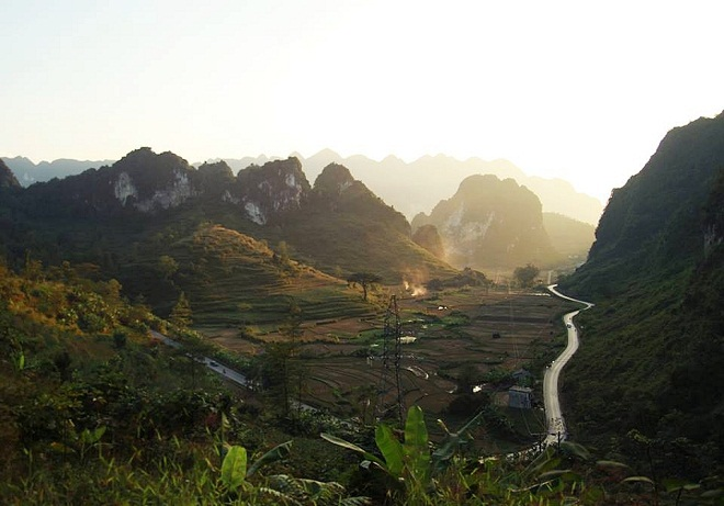Ma Phuc means kneeling horse, after the two blocks of limestone on one side facing each other. Along Highway 3 from Cao Bang City for 20 kilometers, travelers will meet a seven-storied pass made of multiple blind bends. The pass is separated into two roads at the top, one leading to Trung Khanh District, a sightseeing chosen by many travelers. Photo by Ma Lum
