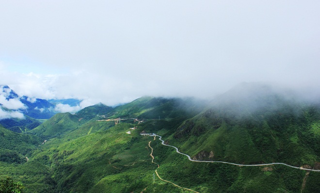 O Quy Ho Pass is part of 4D Highway that bends along Hoang Lien Son Mountains, home to Fansipan Mount, the rooftop of Indochina, and connects to mountainous northern provinces of Lao Cai and Lai Chau. Peaking at 2,073 meters above sea level, O Quy Ho is called Cloud pass due to the clouds that hang over it all year round. The ideal itinerary to discover it has the starting point at the resort town of Sa Pa, going past Silver Fall for 12 kilometers and heading for O Quy Ho. Photo by Ma Lum