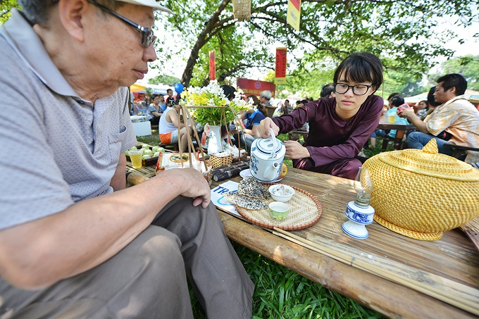 These bamboo tables are the central piece of the old-time and countryside equivalent of tra da places found all over Vietnam these days, brought here to offer visitors a break from the festivities.