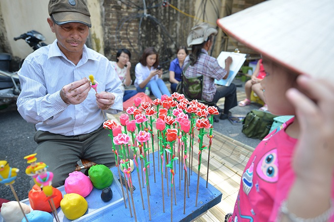 To further impose the traditionalism of the festival, age-old games like leaf grasshoppers, bamboo dragonflies, capture the flag, catching eels were organized.