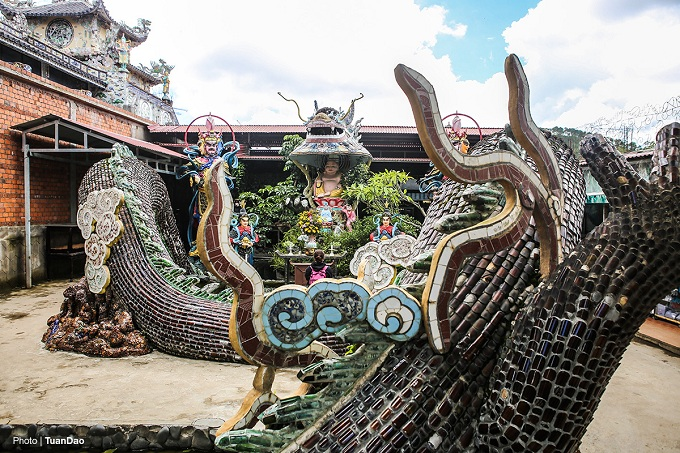 To the right of the pagoda is Hoa Long Vien Garden made noticeable thanks to a 49-meter-long dragon with scales made from empty beer cans and a Di Lac Buddha in its mouth.