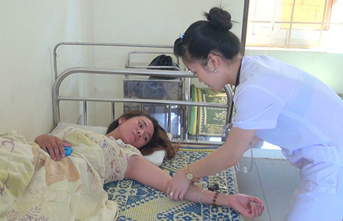 A nurse is taking care of a patient in Dien Thinh Commune, Dien Chau District, Nghe An Province. Photo by VnExpress
