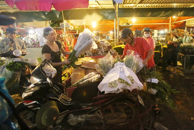 Normally, the market is only open in the early hours. The only exception is the last days of lunar year, where it stays open the whole days to deal with the flow of market goers, especially on 29th and 30th days of last lunar month.