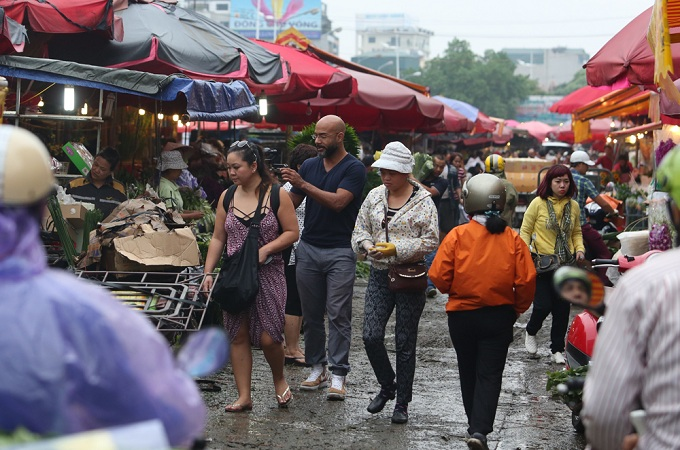 Wholesale markets are often places for bulk buyers and resellers, but the flowers at Quang An Market attract even curious locals and foreign tourists.