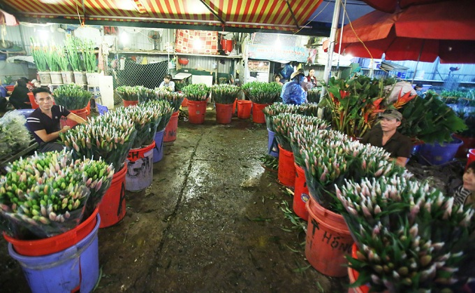 Flowers from as far as Sa Pa and Da Lat also find its place here. The market is at its peak around 3 - 4 a.m.