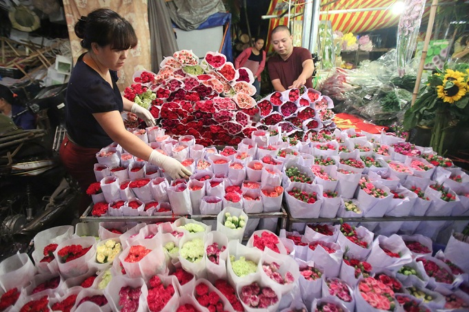 The flowers at Quang Ba is said to be the best in the city, brought here from the famous flower growing areas around Hanoi such as Tay Tuu, Dong, Gia Lam, Phuc Yen.