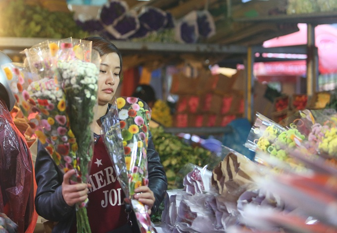 Regulars to the market are the flower shops owners. On the 1st and 15th of every lunar month and days like Womens Day, Teachers Day, Valentine, the market receives both extra window shoppers and seasonal resellers.