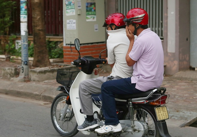 residents-hide-indoors-lose-business-as-foul-smell-engulfs-hanoi-lake-7