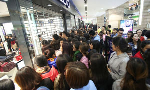 Thousands flock to Hanoi shopping malls on Black Friday