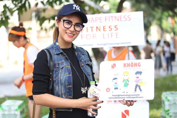 Van Anh Miss Ocean Vietnam was seen in sporty jeans jacket and baseball cap.