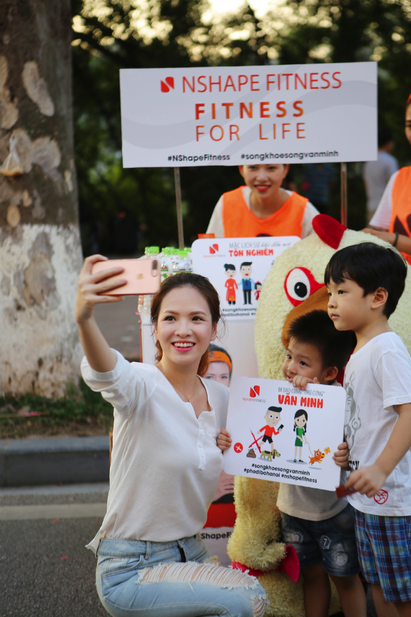 MC Dan Le and her 2 sons taking a selfie at the event