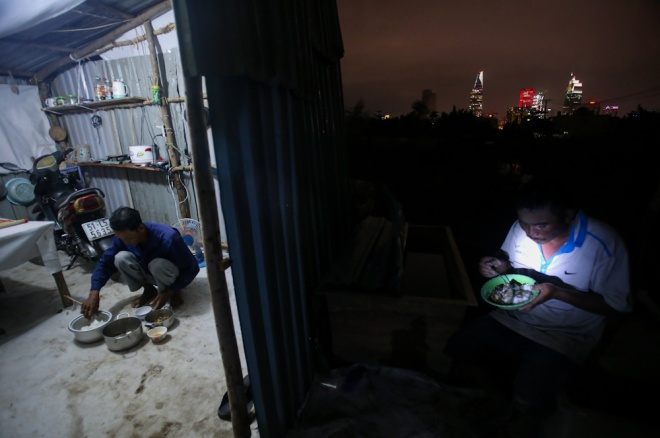 behind-the-hustling-saigon-man-finds-comfortable-life-without-electricity-or-internet-10