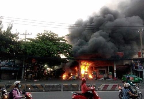 Blaze rips through Saigon gas station