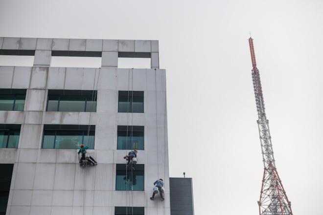 Men defy death and gravity high above Saigon's streets