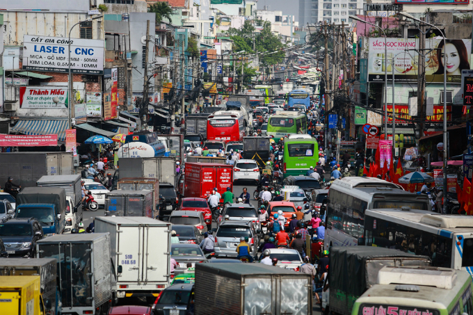 Saigon streets jammed as migrants rush home for Tet