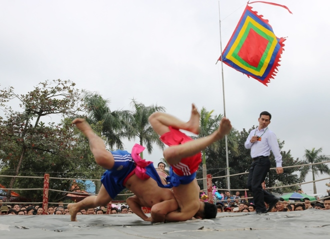 how-do-vietnamese-heat-up-for-new-year-wrestling-2