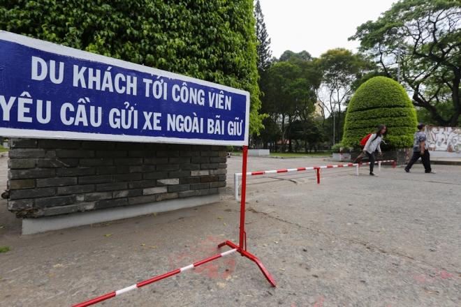 the-sidewalk-barriers-of-saigon-4