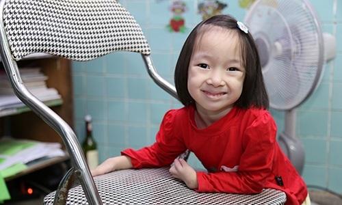 Good hearts: This Vietnamese girl is raised by 20 wonderful doctors
