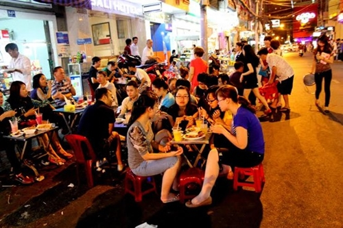 Diners on Bui Vien Street. Photo by VnExpress/SuZi